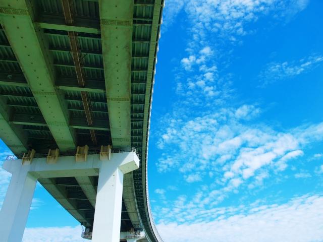高速道路の橋脚